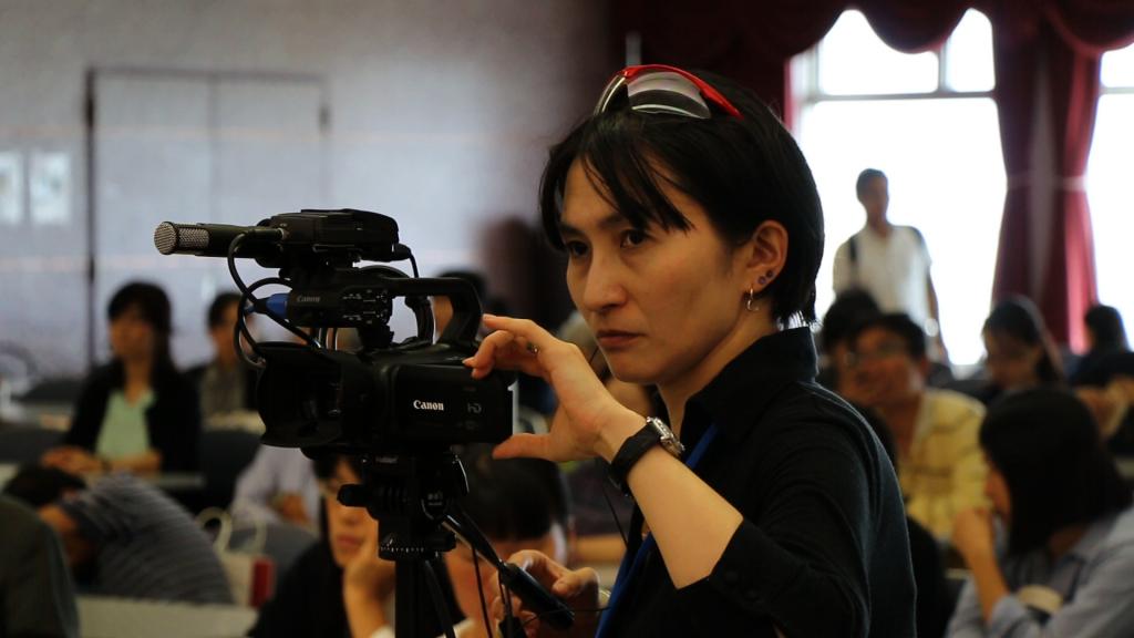 ビデオカメラを構える佐藤安南