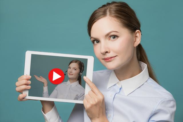 タブレットで動画を見せる女性の写真
