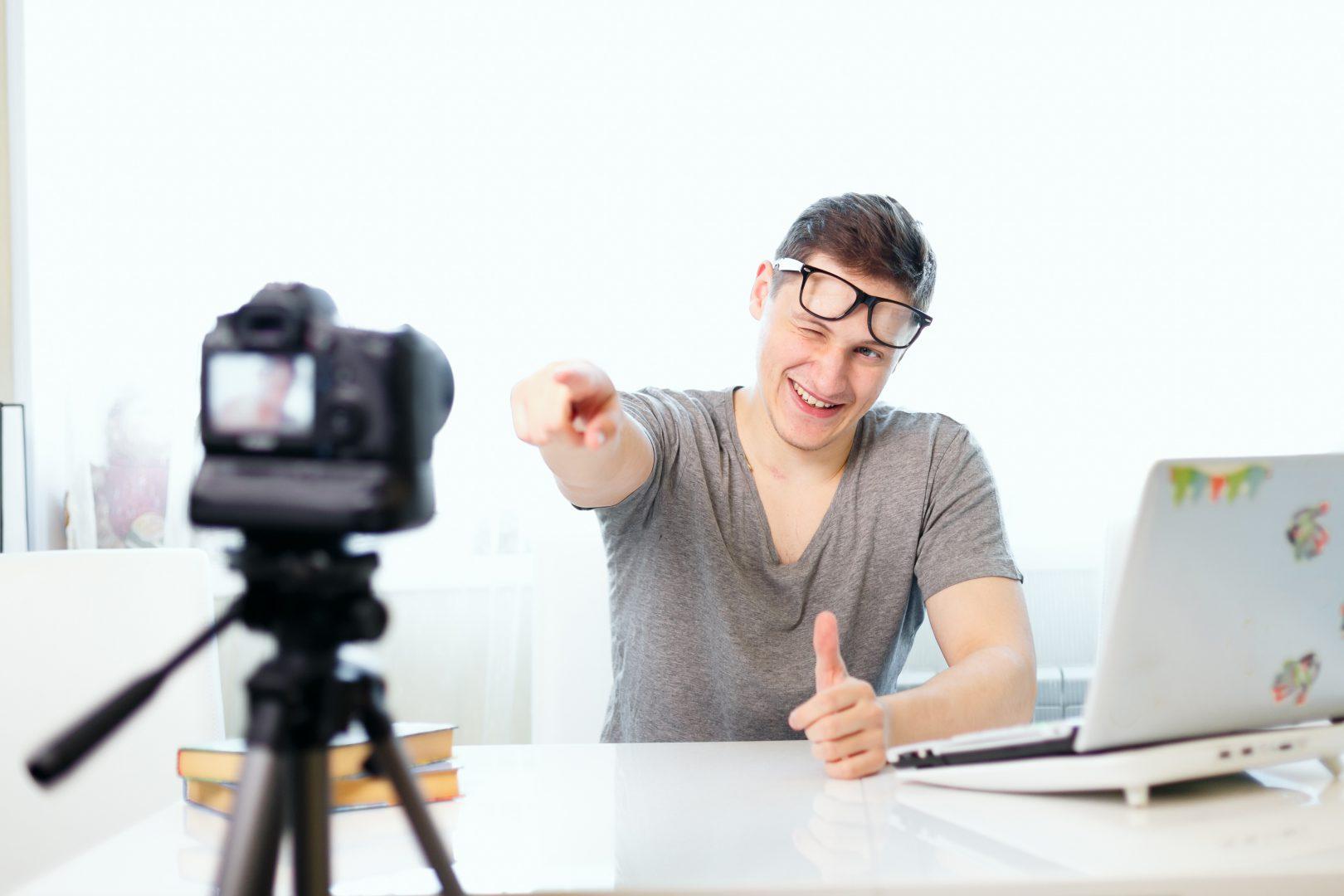 一眼レフカメラで自撮りする外国人男性